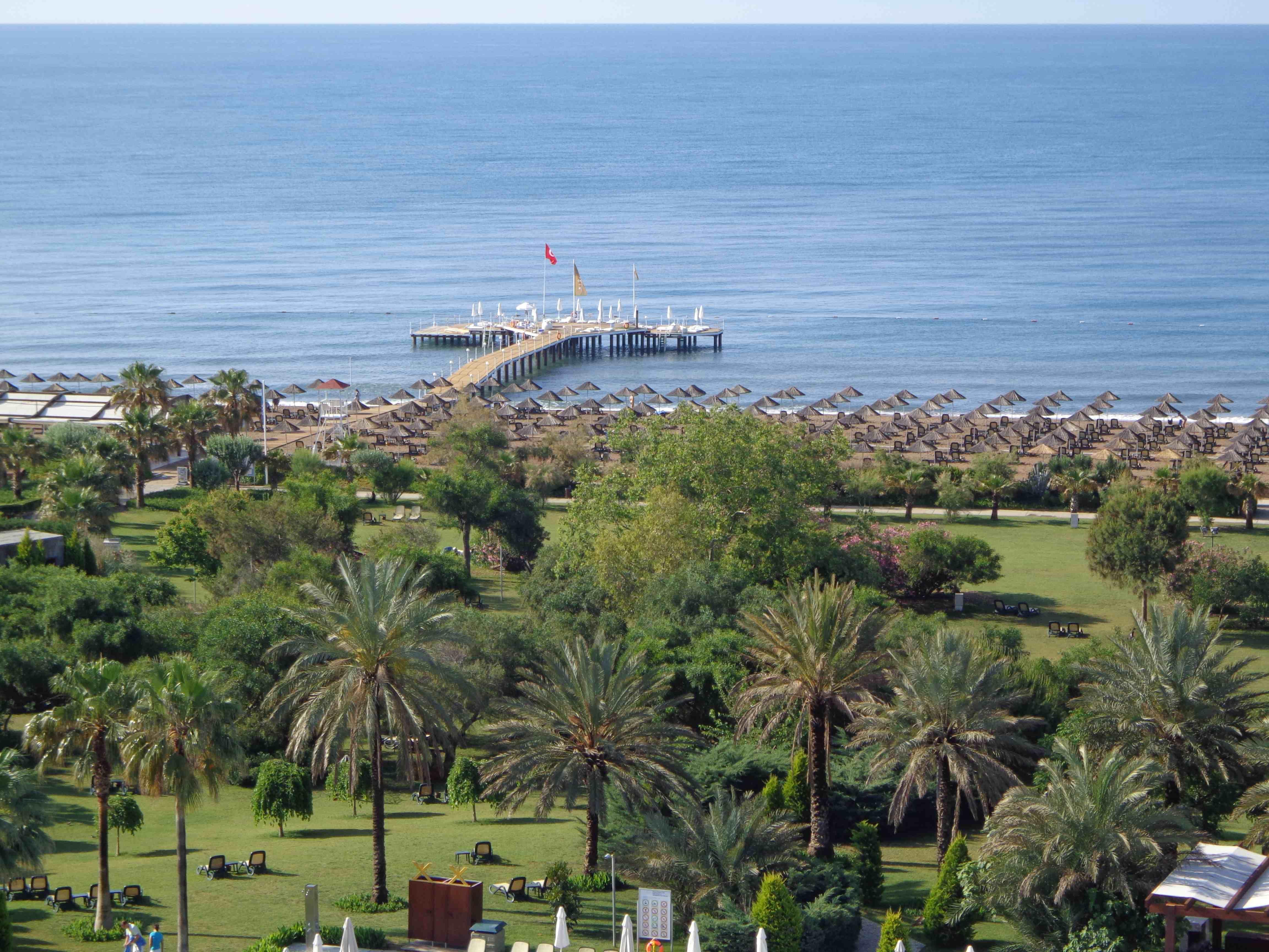 Garten und Strand im Rixos Lares
