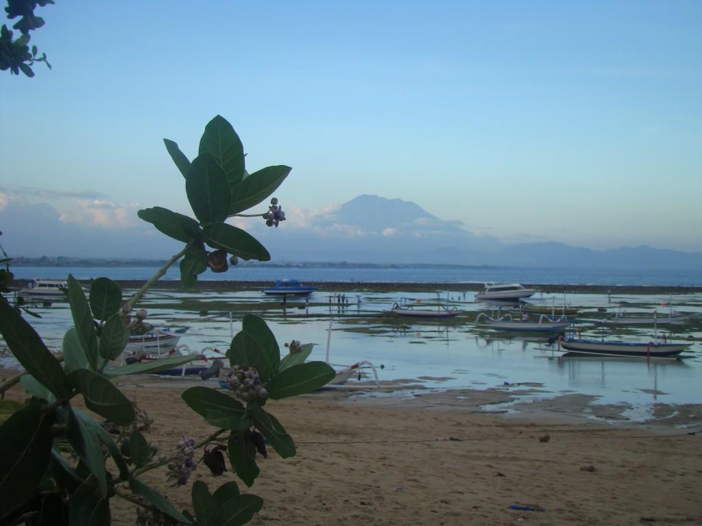 Sanur bei Ebbe, im Hintergrund der Gunung Agung